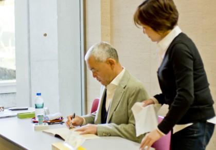 サインをしている岩合氏